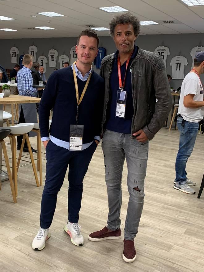 TV-Experte und Ex-Holland-Star Pierre van Hooijdonk (r.) sprach im Hamburger Volksparkstadion mit SPORT1-Chefreporter Florian Plettenberg