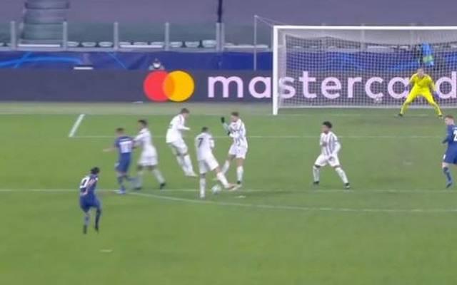 Cristiano Ronaldo dreht sich in der Mauer weg