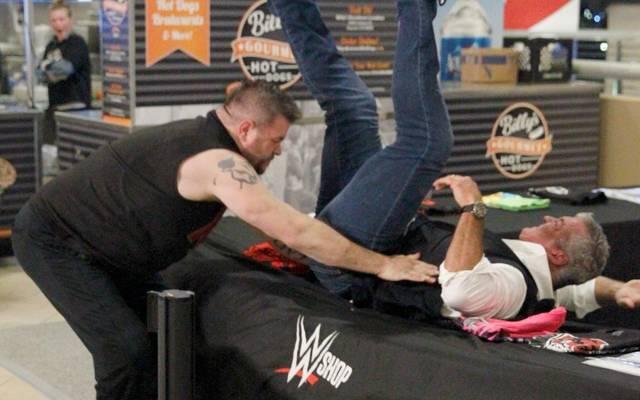 Kevin Owens warf Shane McMahon vor WWE Hell in a Cell 2017 durch einen Fanartikeltisch