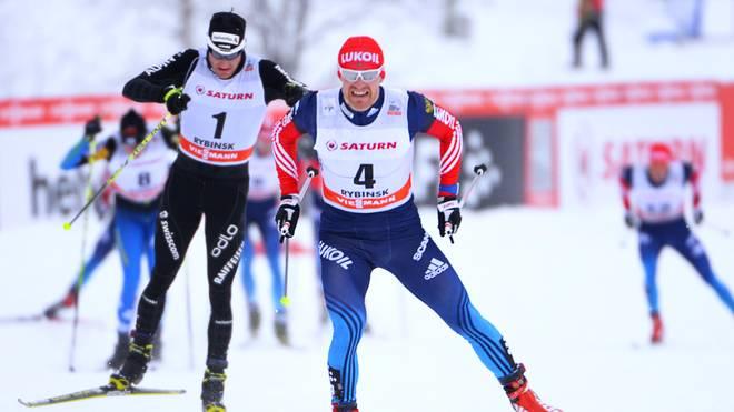 Russlands Maxim Vylegzhanin (r.) gewinnt Gold vor dem Schweizer Dario Cologna