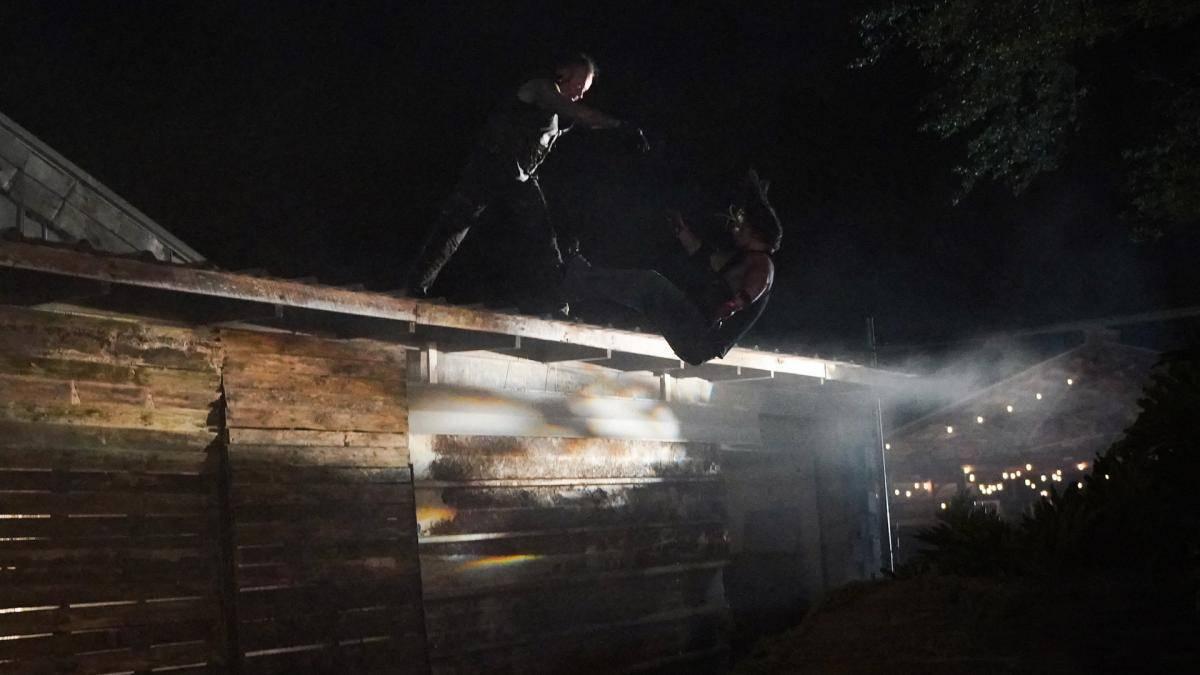 WWE inszeniert den Hauptkampf der ersten WrestleMania-Nacht zwischen dem Undertaker und AJ Styles als Action-Film. Hier der spektakulärste Stunt im Video.