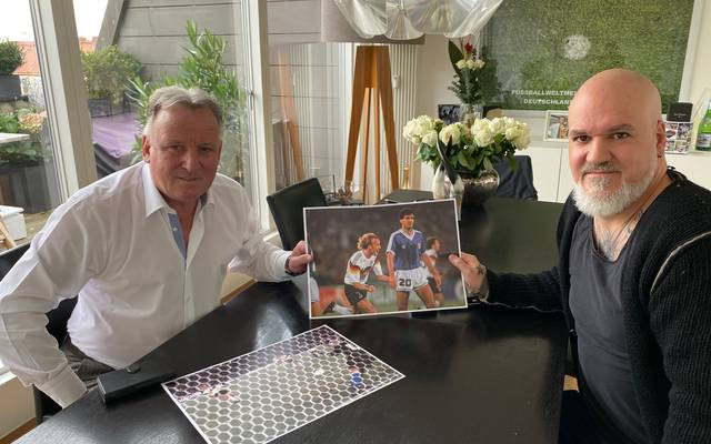 SPORT1-Reporter Reinhard Franke (r.) besuchte 1990 er Weltmeister Andreas Brehme zu Hause.