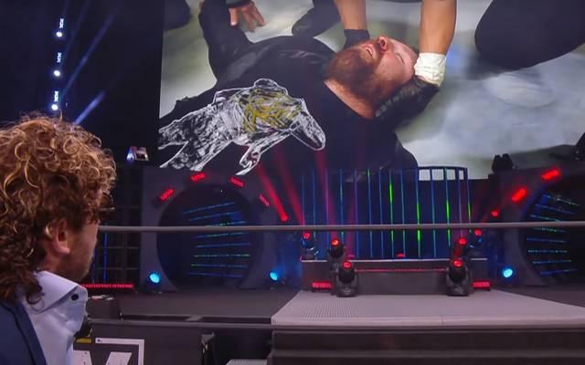AEW Champion Jon Moxley wird unter den Augen von Kenny Omega untersucht