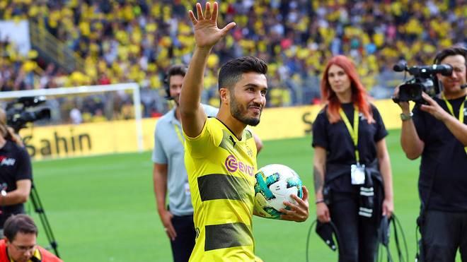 Nuri Sahin von Borussia Dortmund grüßt Fans des BVB