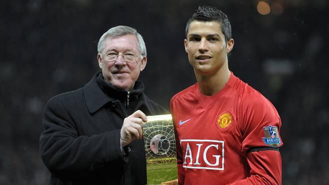 Sir Alex Ferguson (l.) posiert mit Cristiano Ronaldo und der Trophäe des FIFA Spielers des Jahres im Januar 2009