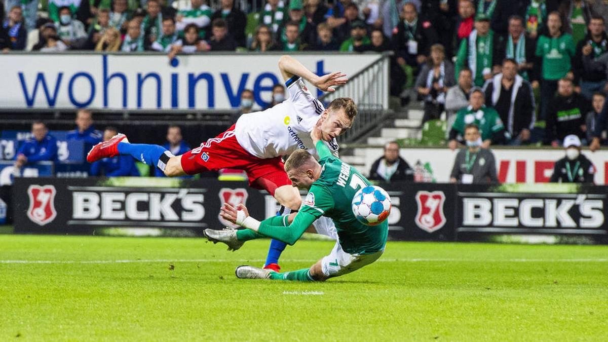 Sebastian Schonlau (L) und Marvin Ducksch in einem Zweikampf im Nordderby