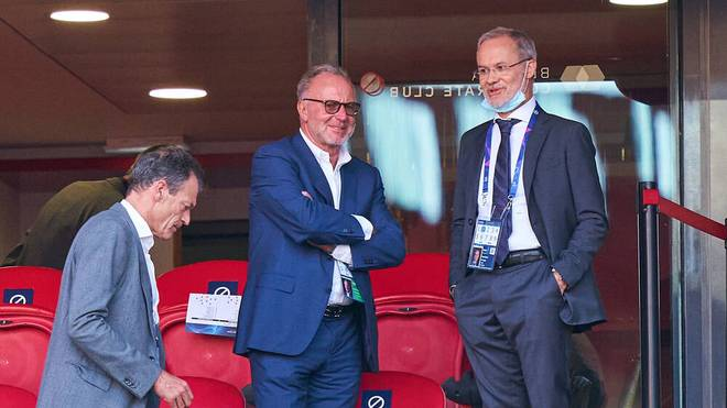 Karl-Heinz Rummenigge (M.) ist Vorstandsboss des FC Bayern