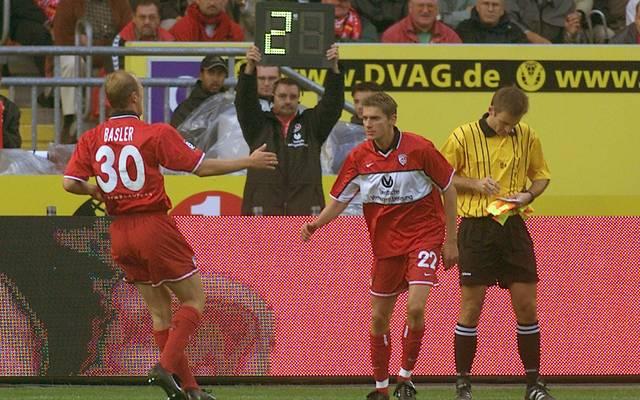 Andreas Buck (r.) wird für Mario Basler eingewechselt