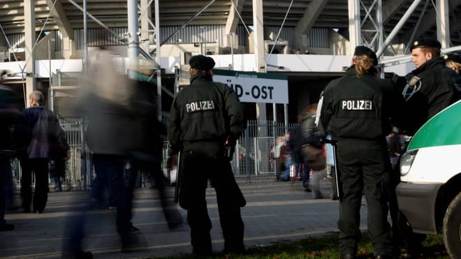 Fans von Borussia Mönchengladbach und dem 1. FC Köln lieferten sich eine Schlägerei (Symbolbild)