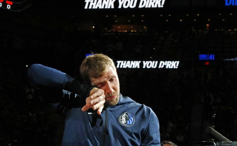 Mit dem Spiel gegen die San Antonio Spurs endet die glorreiche Basketball-Karriere von Dirk Nowitzki. Die Spurs ehren den Superstar der Dallas Mavericks mit einem Tribute-Video, das Nowitzki zu Tränen rührt. Auch die Fans des großen Rivalen feiern den 40-Jährigen noch einmal kräftig ab