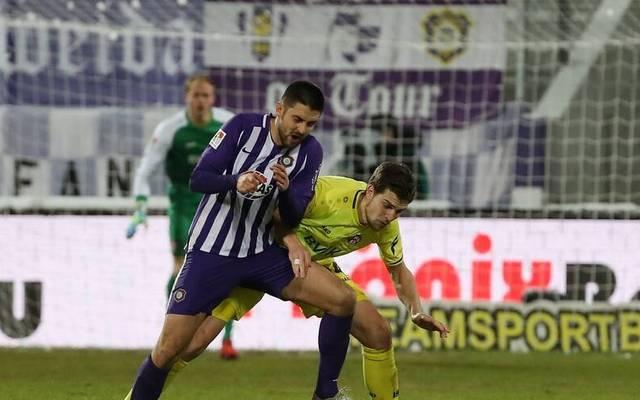 Der FC Erzgebirge Aue um Dmitri Nazarov (l.) kam gegen die Würzburger Kickers zu einem knappen Sieg