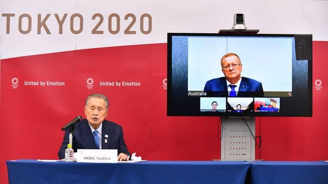 John Coates (r.) verkündete den neuen Starttermin der Olympischen Sommerspiele