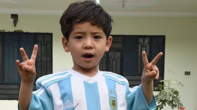 Murtaza Ahmadi zeigt stolz das von Messi signierte Trikot