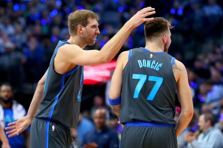 """Rookie-Phänomen Luka Doncic (r.) erobert die NBA im Sturm, für Warriors-Coach ist er schon jetzt ein All Star, Steph Curry freut sich """"die Zukunft der NBA zu sehen"""". Nicht nur bei den Mavs tritt der Slowene in die großen Fußstapfen von Dirk Nowitzki"""