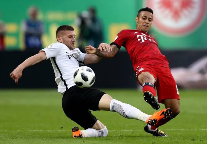 Endlich wieder Bundesliga! Dabei sehen wir nicht nur alte Bekannte wie Ante Rebic (l.) von Eintracht Frankfurt oder Bayerns Thiago wieder im Einsatz ...