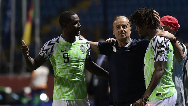 Nigerias Trainer Gernot Rohr feiert mit seinen Spielern beim Afrika Cup