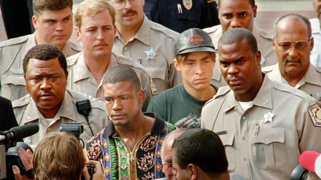 Daniel Green (buntes Hemd) und Larry Demery (Mütze) werden 1993 nach ihrer Verurteilung abgeführt
