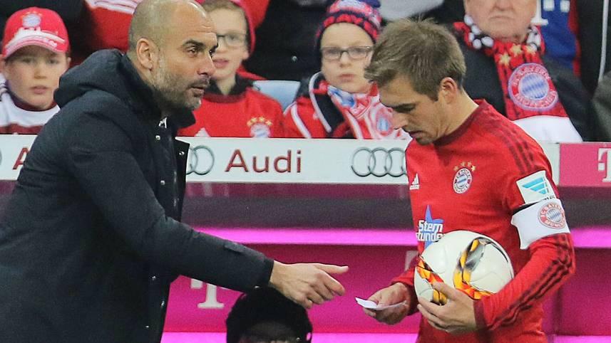 Ein kleiner Zettel mit großen Auswirkungen: Gegen den FC Ingolstadt reicht Pep Guardiola seinem Kapitän Philipp Lahm Mitte der zweiten Halbzeit eine Botschaft mit taktischen Anweisungen und Umstellungen
