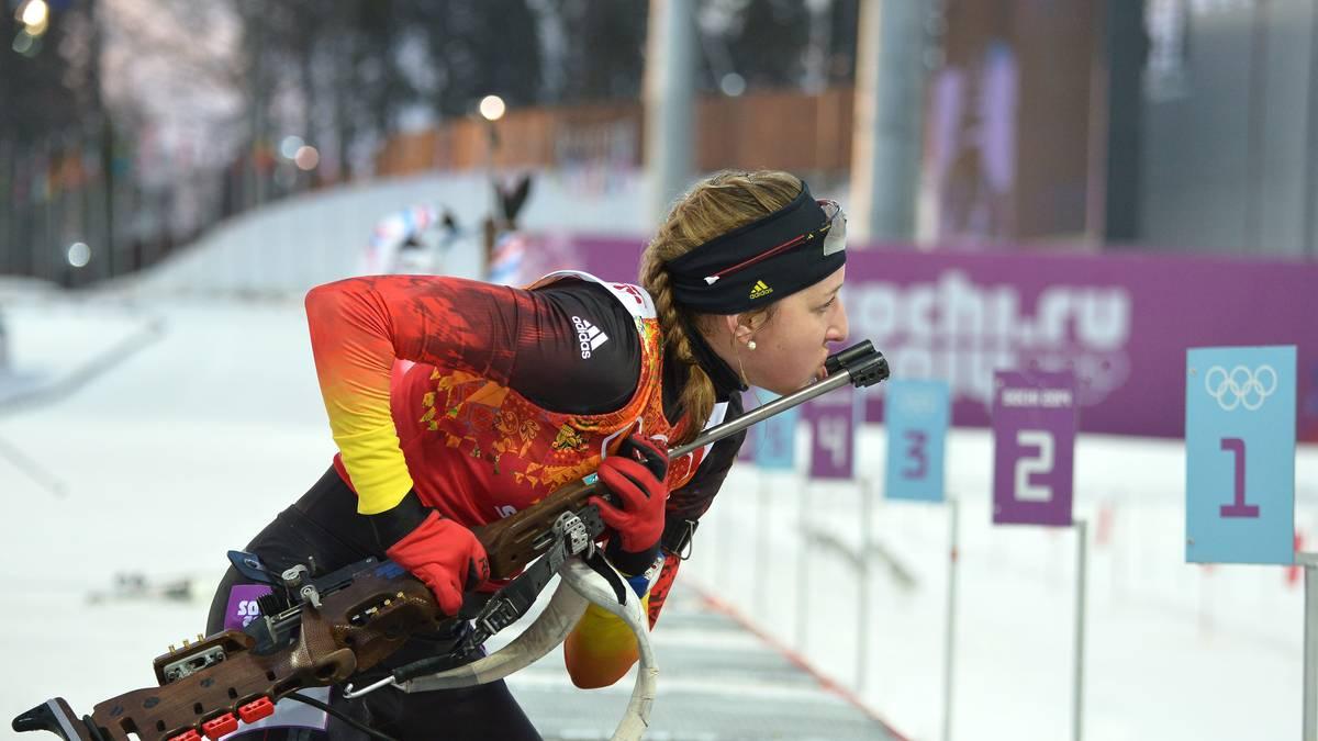 Franziska Preuß kämpft bei den Olympischen Spielen in Sotschi mit ihrem Gewehr