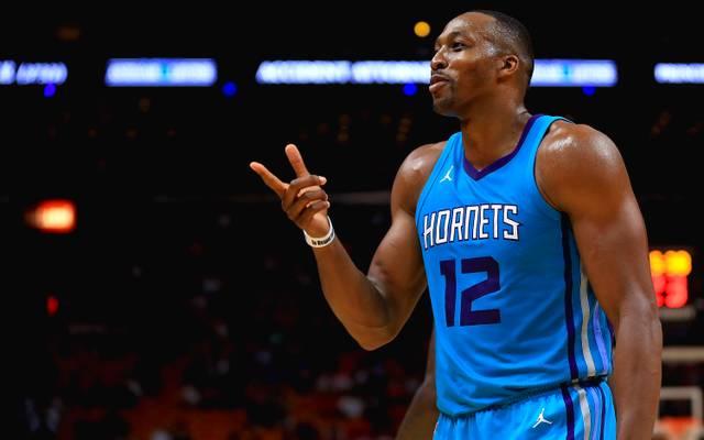 Charlottes Dwight Howard fällt bei der Niederlage gegen die Cleveland Cavaliers mit einer obszönen Geste auf