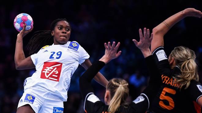 Frankreich (l.: Gnonsiane Niombla) setzte sich im EM-Halbfinale gegen die Niederlande durch