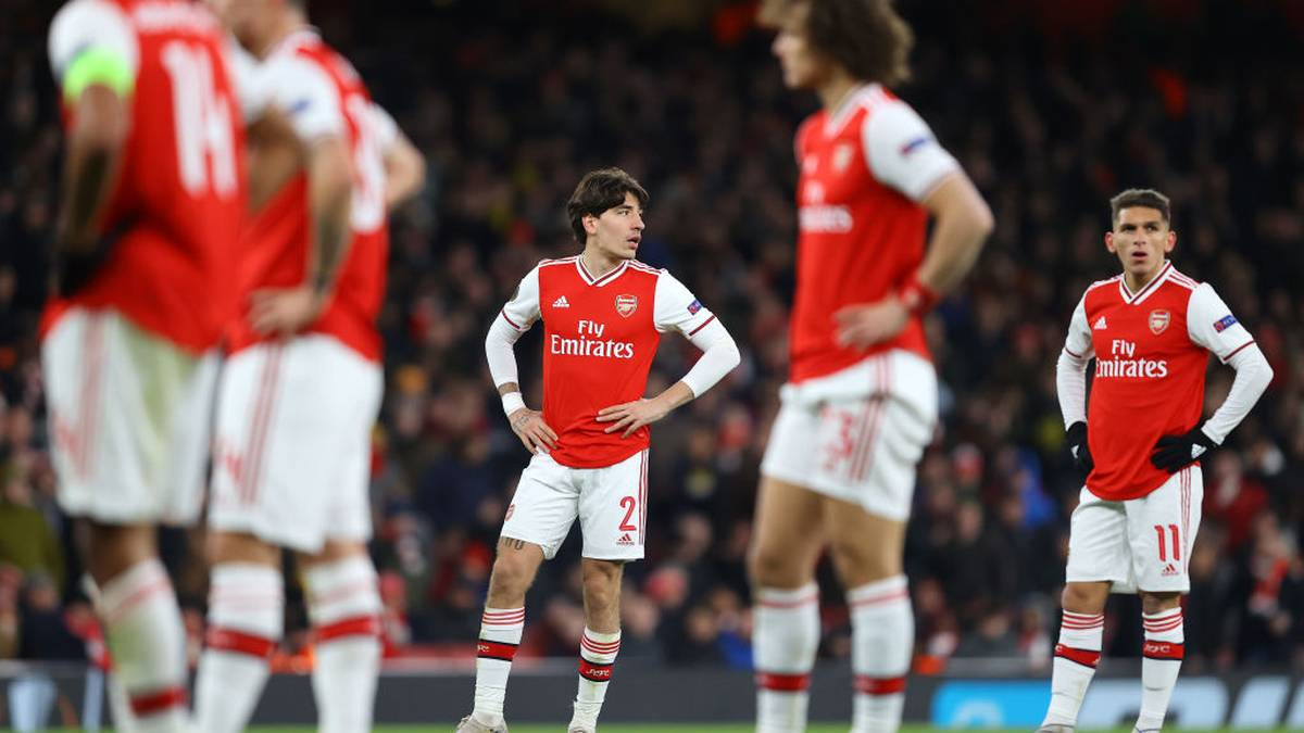 LONDON, ENGLAND - FEBRUARY 27: Hector Bellerin of Arsenal FC looks on during the UEFA Europa League round of 32 second leg match between Arsenal FC and Olympiacos FC at Emirates Stadium on February 27, 2020 in London, United Kingdom. (Photo by Julian Finney/Getty Images)