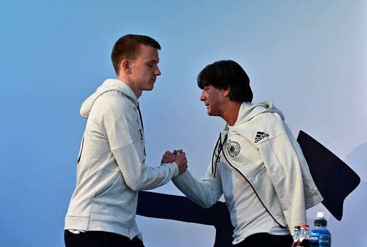 Lukas Klostermann ist erstmals im Kreis der deutschen Nationalmannschaft vertreten. Gemeinsam mit dem Leipziger wurden auch Niklas Stark (Hertha BSC) und Maximilian Eggestein (Werder Bremen) erstmals berufen. Klostermann kommt gegen Serbien gleich von Beginn an zum Einsatz und ist damit der 101. Debütant in der Ära Joachim Löw