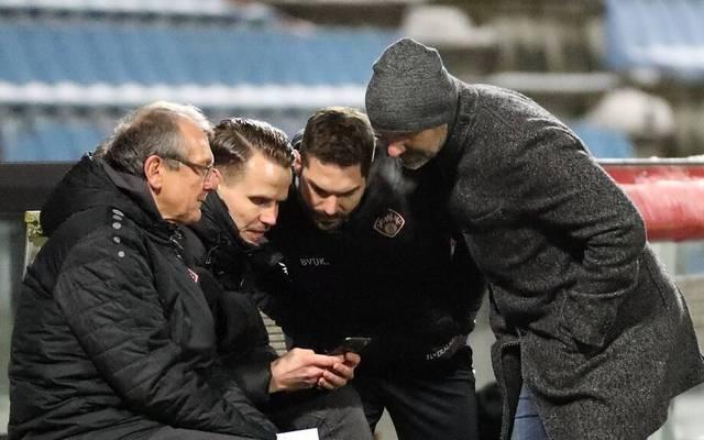 Die Würzburger Führungsriege mit Vorstand Sebastian Schuppan (2.v.l.) sah sich die Szene auf dem Smartphone an