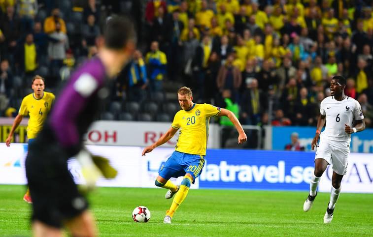 Was für eine Megator in Solna! Schwedens Ola Toivonen schockt Frankreich in der WM-Quali mit einem sensationellen Treffer von der Mittlelinie - und das in der 93. Minute!