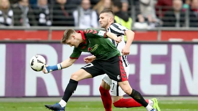 Lukas Kübler vom SC Freiburg und der Frankfurter Ante Rebic kämpfen um den Ball