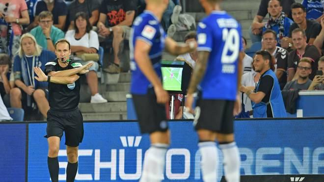 Schiedsrichter Bastian Dankert nahm einen Handelfmeter für Arminia Bielefeld nach Videobeweis zurück