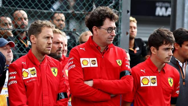Mattia Binotto (m.) will trotz der Differenzen an Sebastian Vettel (l.) und Charles Leclerc festhalten