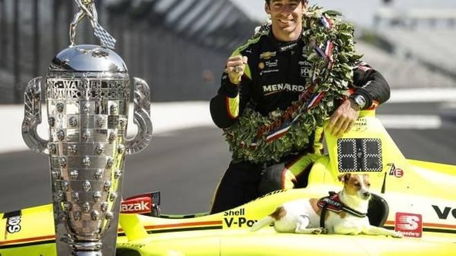 Indy-500-Sieger Simon Pagenaud mit der Borg-Warner-Trophy