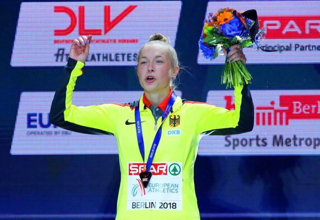 Gina Lückenkemper feiert bei der EM 2018 den Gewinn der Silber-Medaille