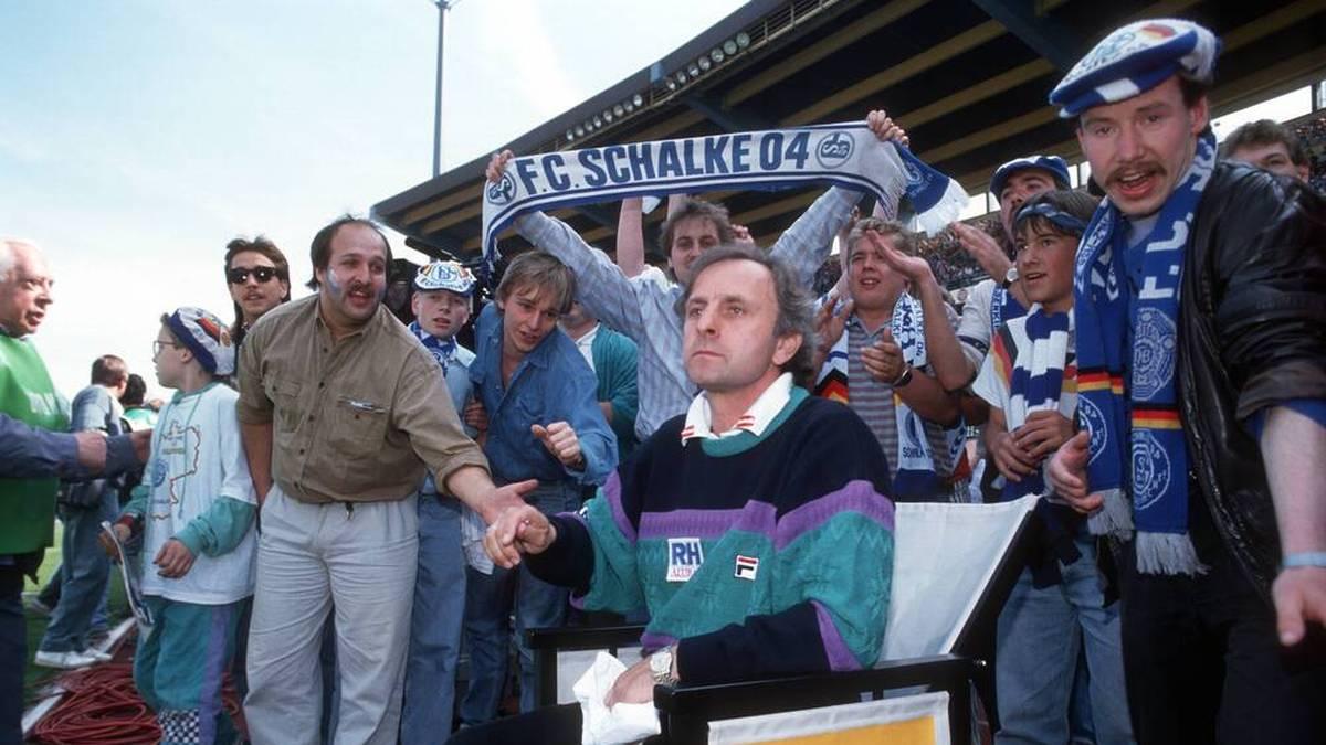 Trainer Aleksandar Ristic (FC Schalke 04) von Fans umlagert, der Aufstieg ist nah