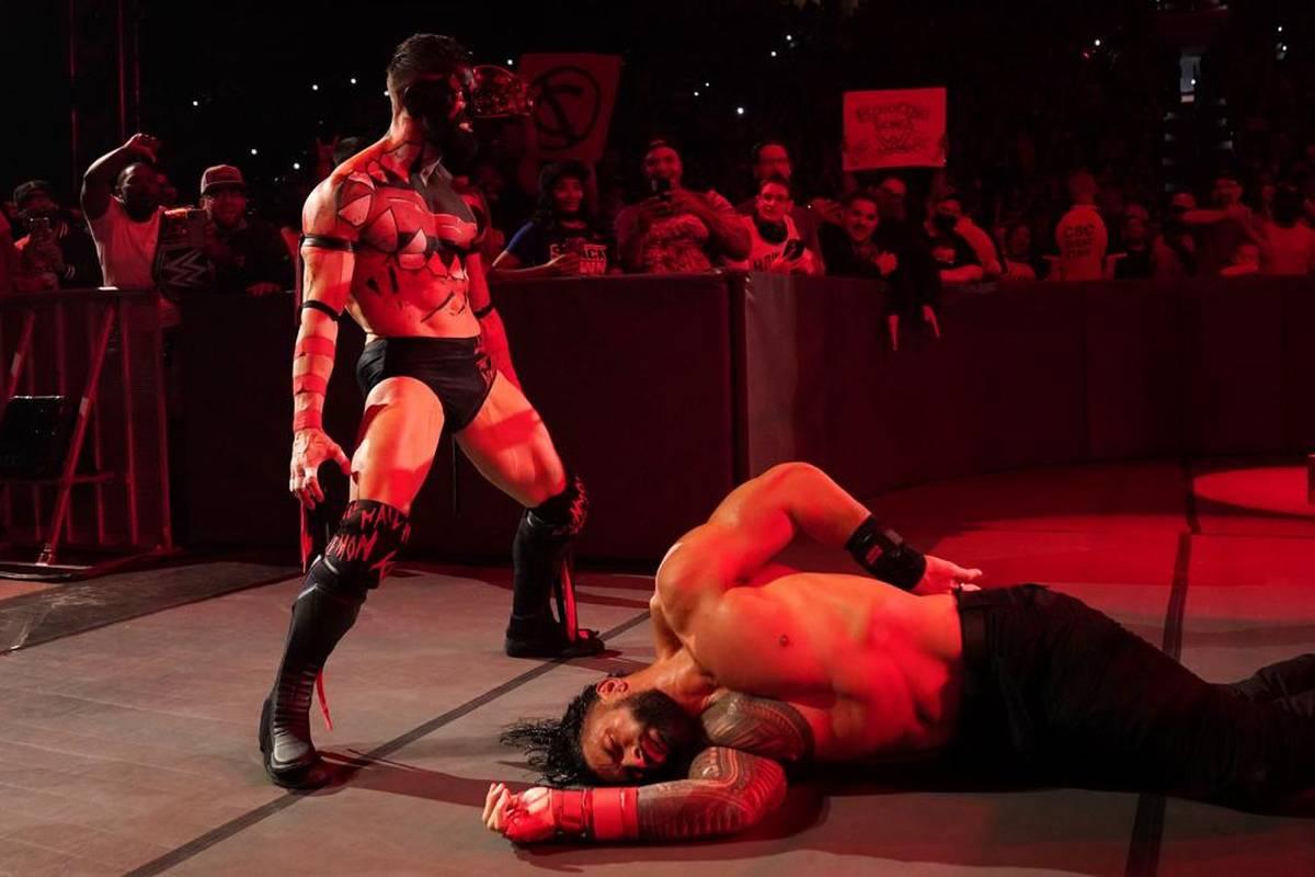 Bei WWE Friday Night Smackdown wurde Roman Reigns von einem aufstrebenden Talent gefordert und von einem Dämon attackiert.