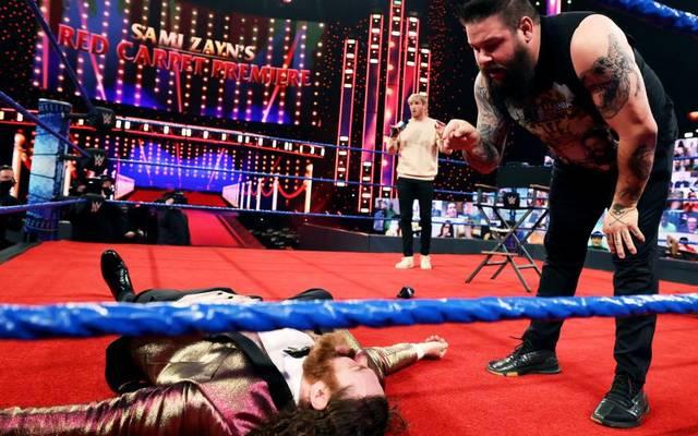 Logan Paul (hinten) geriet bei WWE zwischen die Fronten der Fehde Kevin Owens (r.) - Sami Zayn