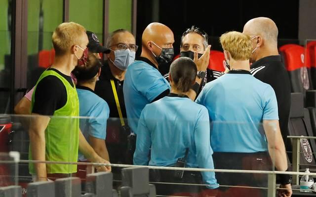 Die Schiedsrichter diskutieren nach der Absage des Spiels zwischen Inter Miami und Atlanta United