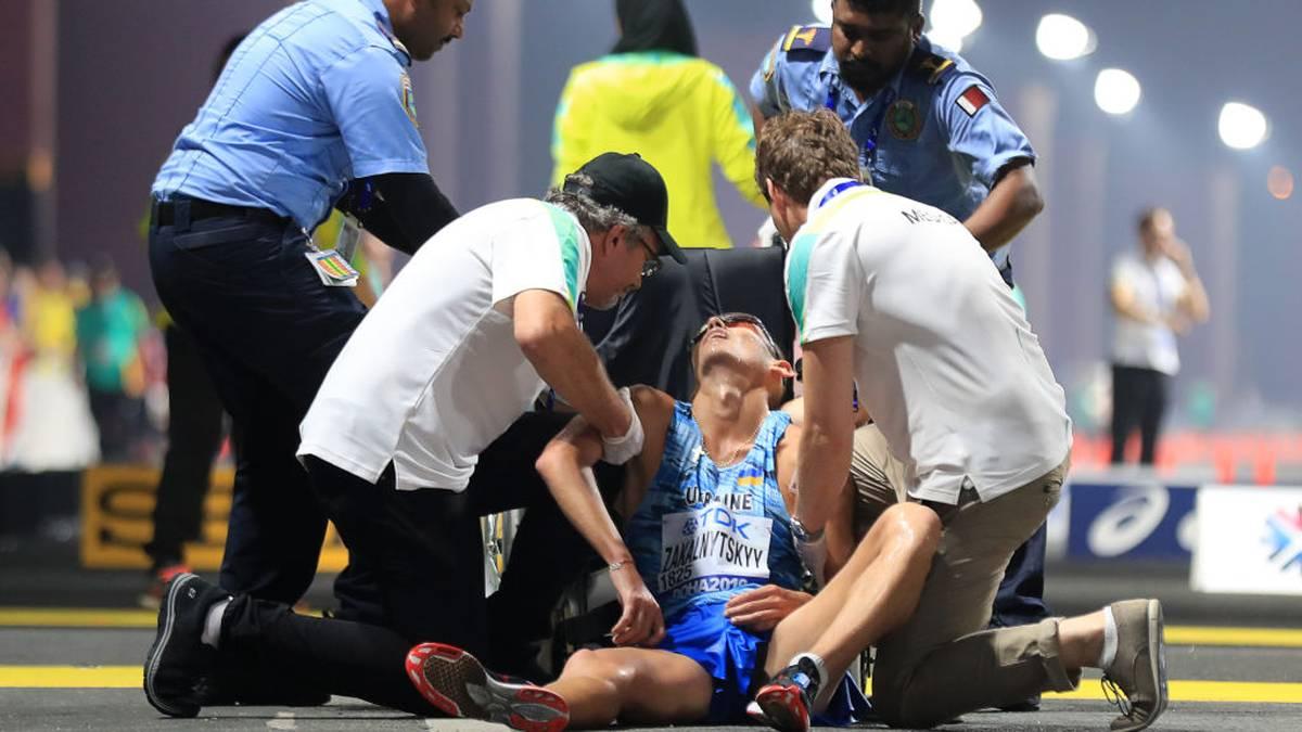 Bei Maryan Zakalnytskyy aus der Ukraine ist der Einsatz eines Rollstuhls notwendig. Beim Finale über 50 Kilometer im Gehen bricht der Athlet zusammen