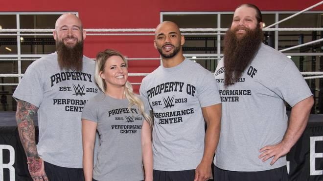 Neu bei WWE: Ricochet (3.v.l.), Candice LaRae und das Tag Team War Machine