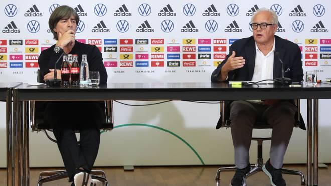 Joachim Löw und Fritz Keller auf einer Pressekonferenz