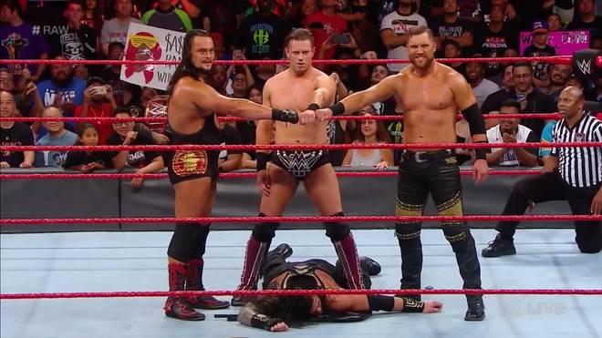 Die Miztourage attackierte bei WWE Monday Night RAW Roman Reigns und äffte den Shield-Gruß nach