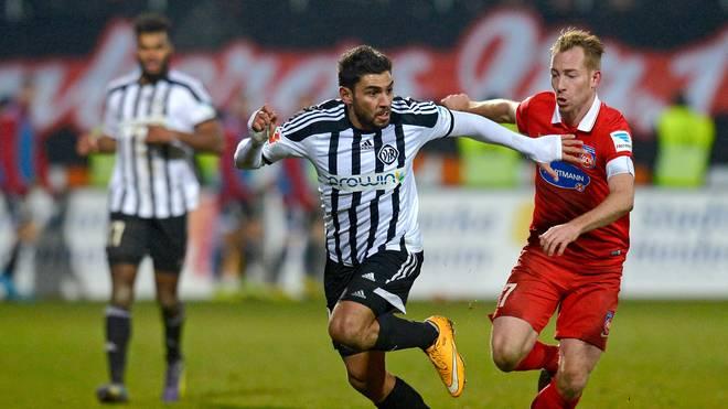 VfR Aalens Nejmeddin Daghfous verteidigt gegen Marc Schnatterer vom 1. FC Heidenheim den Ball