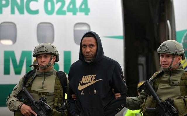 Jhon Viafará (Mitte) wird von schwerbewaffneten Sicherheitskräften bewacht