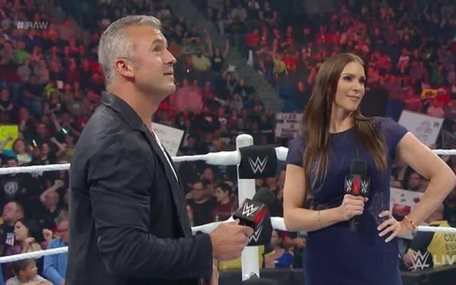 Shane McMahon (l., mit Schwester Stephanie McMahon) wird bei WWE Payback womöglich entmachtet