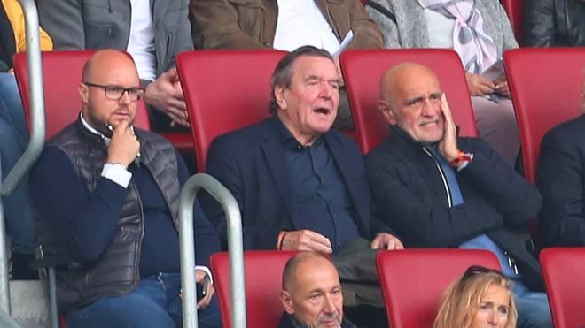 Hannover 96 verbietet gegen Gerhard Schröder (M.) und Martin Kind (r.) gerichtete Fan-Banner
