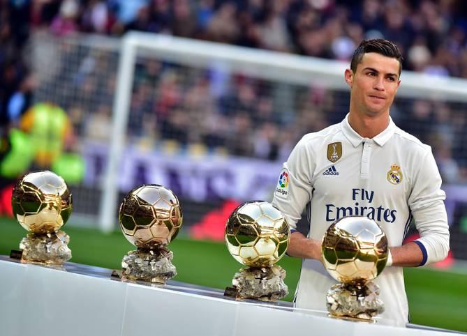 """Im vergangenen Jahr setzte sich Cristiano Ronaldo gegen Lionel Messi und Antoine Griezmann durch und gewann zum vierten Mal den von der Fußball-Fachzeitschrift """"France Football"""" verliehenen Ballon d'Or. In diesem Jahr ist der Portugiese erneut Titelanwärter. SPORT1 zeigt die 30 Nominierten"""
