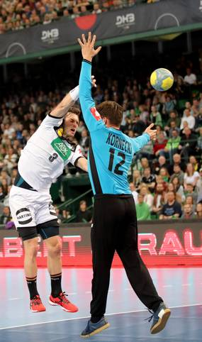 Uwe Gensheimer hat die deutsche Handball-Nationalmannschaft mit zwei starken Leistungen zur EM 2020 geführt. Das DHB-Team feierte zwei Siege gegen Polen. Nebenbei hat der Kapitän auch seine persönliche Torstatistik erheblich aufgebessert