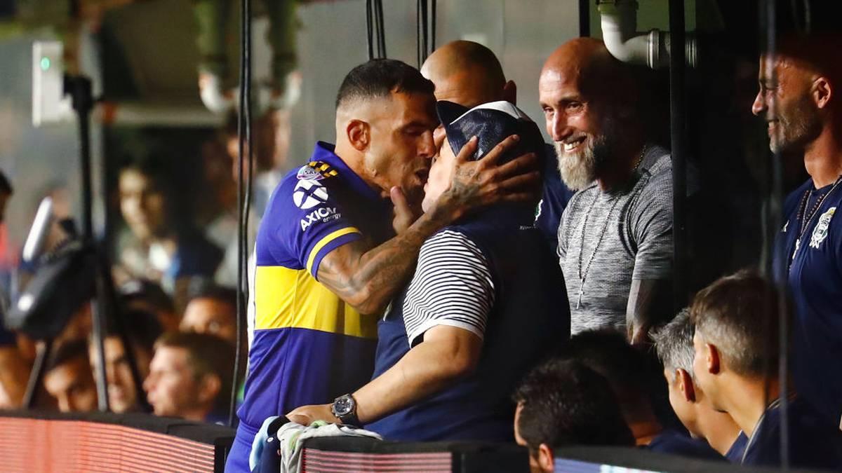 Carlos Tevez (l.) küsst Diego Maradona inbrünstig auf den Mund