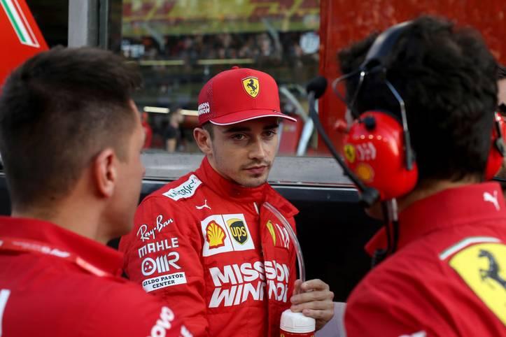 Paukenschlag! Ferrari hat den Vertrag von Charles Leclerc langfristig bis 2024 verlängert. Ursprünglich lief der Kontrakt des Monegassen bis 2022, mit der Ausdehnung zeigen die Italiener, dass die Zukunftshoffnungen auf Leclerc liegen.